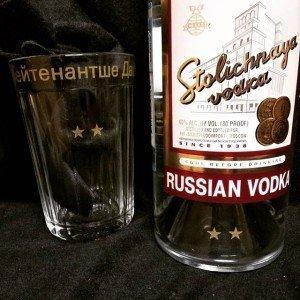 гравировка на бутылке водки и граненом стакане